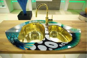 кухонная мойка с рабочей поверхностью из закаленного стекла и чашами из нержавеющей стали